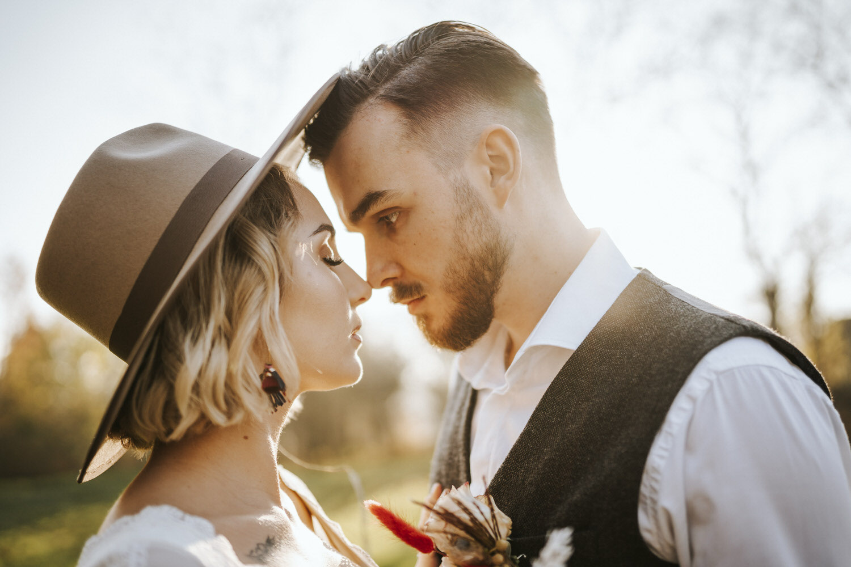 sesja boho fotografia ślubna stodoła rustykalnie retro folwark stylizacja pani młoda pan młody